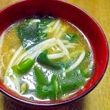 生ラーメンのスープで もやしとワカメのスープ