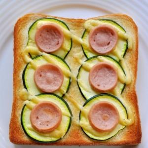 ズッキーニと魚肉ソーセージのトースト