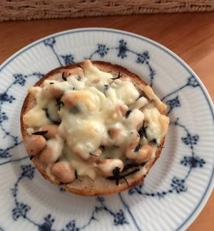 ベーグルで。ひじきと蒸し大豆のチーズトースト