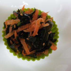 にんじんとワカメの黒酢サラダ