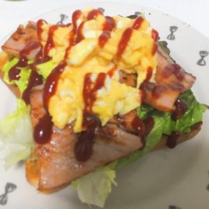 スクランブルエッグとベーコンのトースト