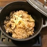 超簡単、ストウブで中骨缶詰めと塩昆布の炊き込みご飯