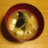 大根としめじとわかめと豆腐のお味噌汁