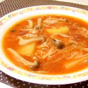 じゃがいもとキノコのトマトスープ