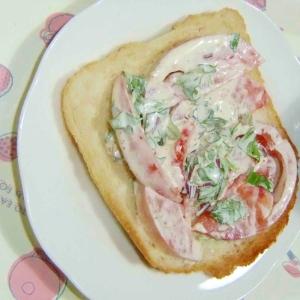 マヨ胡麻トマトのトースト