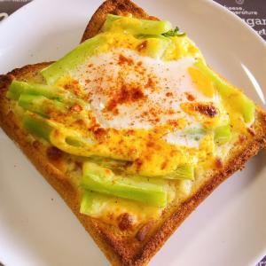 とろ~り卵を乗せたブロッコリーの茎&ハムのトースト