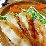 熱々ピリ辛スープで食べる餃子鍋