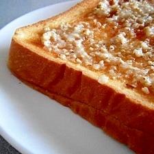 ごま×砂糖×マーガリンで!ピーナツバタートースト♪