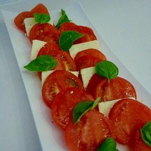 簡単一品♪トマトとチーズとバジルの前菜