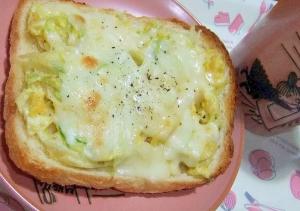 卵とキャベツのチーズトースト
