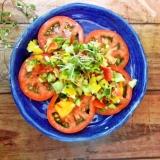 チョップド野菜ソースのトマトサラダ