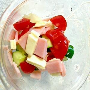 きゅうりとトマトとハムとチーズのサラダ
