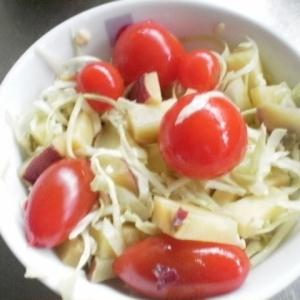 蒸かしイモを加えたキャベツサラダ