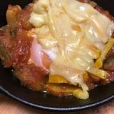 スキレットで目玉焼きとラタトゥイユのチーズ焼き