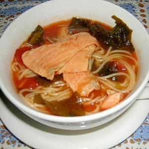 ワカメと鮭のトマトスープスパ