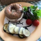 クリームチーズベーグルサンドの朝ごはん