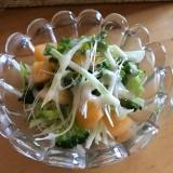 ブロッコリーと柿、キャベツのシーザーサラダ