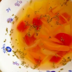 パプリカ、にんじん、玉ねぎのコンソメスープ