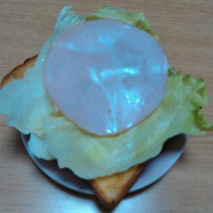 野菜とハムチーズマヨのオープントースト