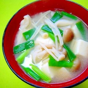豆腐ときのこ万能ネギの味噌汁