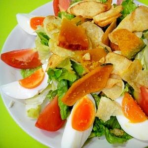 レタスとゆで卵野菜チップスのサラダ