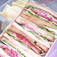 ラウンド食パンでサンドイッチ(ハム・トマトサンド)