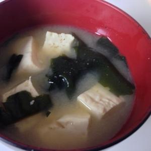 出汁の決め手は粉鰹!豆腐とワカメの味噌汁