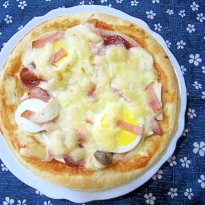 エリンギとゆでたまごとソーセージのピザ
