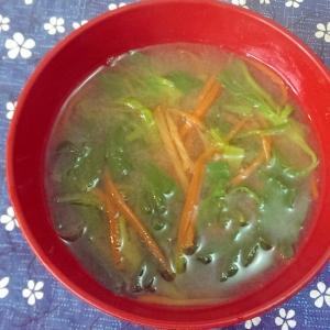 にんじんとほうれん草の味噌汁
