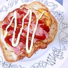 豪快!目玉焼きとカリカリベーコンのトースト☆