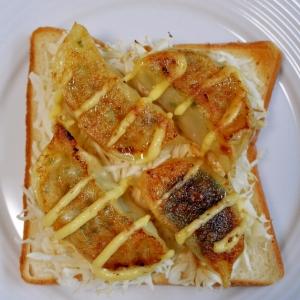 餃子と千切りキャベツのトースト