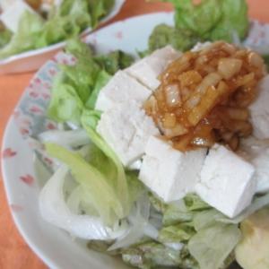 豆腐とアボカドの新玉ねぎサラダ