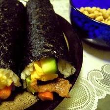 焼肉とアボカドの太巻き寿司