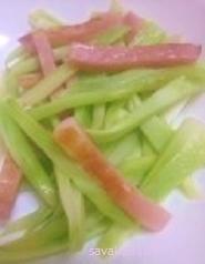 お弁当にも♪ベーコンとブロッコリー(茎)炒め
