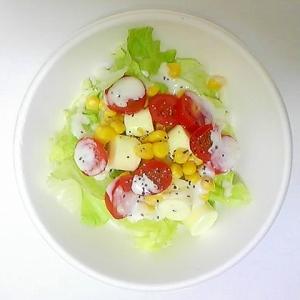 ミニトマト、コーン、チーズのレタスサラダ