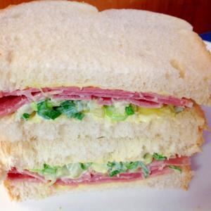 ハムとネギとピクルスのサンドイッチ