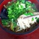 ネギたっぷり! あり合わせ野菜の煮込みソバ。