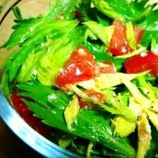 セロリの葉とトマトのサラダ