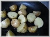 フライパンにバター、(2)を入れ中火弱で転がしながら焼き色をつけるように炒めます。