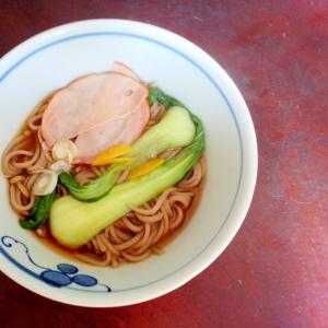 チンゲン菜とハムの蕎麦【あり合わせ☆トッピング】