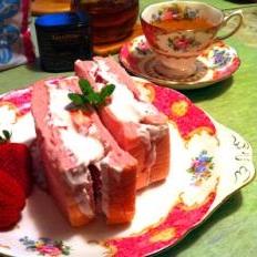 小悪魔テイストをしのばせた苺のフルーツサンド