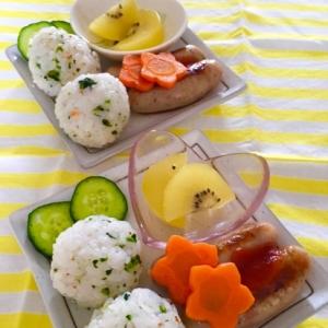 鮭菜むすびとウインナー花人参とキウイの朝ごはん♡