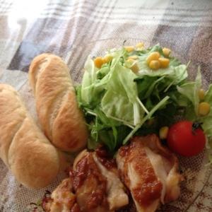 プチパンと鶏の照り焼きのシンプルプレート