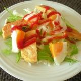 目玉焼きと大豆粉パンケーキのハーブケチャサラダ朝食