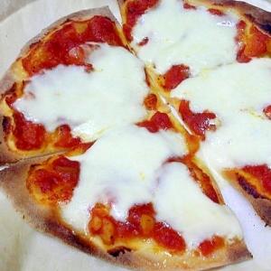 トマトソースたっぷりモッツァレラチーズのピザ