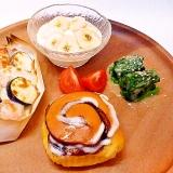 鮭とナスのチーズ焼きとシナモンロールのワンプレート