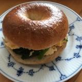 ほうれん草のカレー卵炒めのベーグルサンド