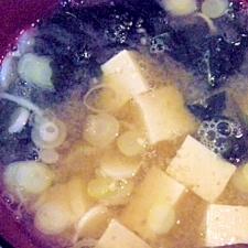 芋と豆腐とワカメのお味噌汁