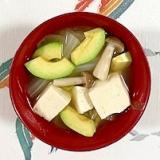 白菜、木綿豆腐、ブナシメジ、アボガドのお味噌汁