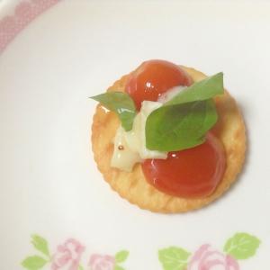 カマンベールチーズ&ミニトマトonリッツ